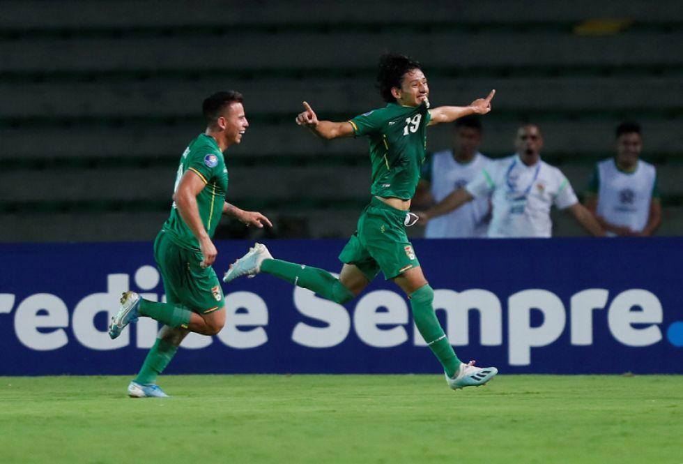Víctor Abrego (d) de Bolivia celebra su gol.