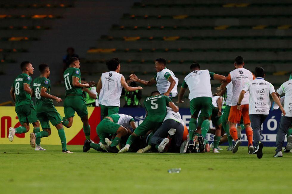 Los jugadores bolivianos festejan el triunfo.