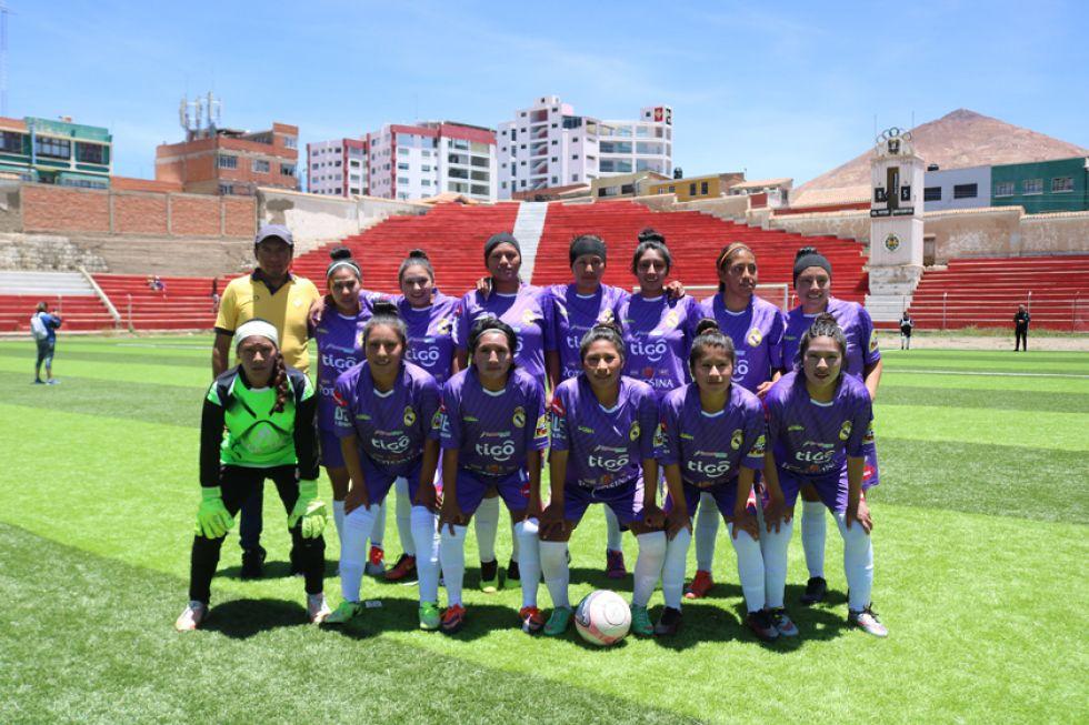 El equipo lila femenino posa para la foto del recuerdo.