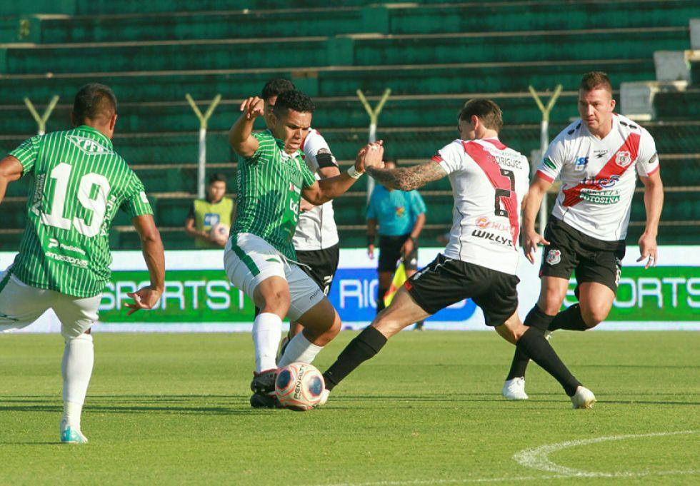 Francisco Rodríguez trata de detener a su rival.