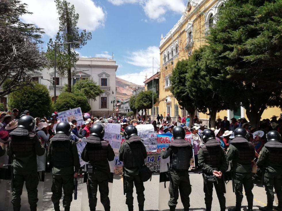 Ambos grupos están en la plaza 10 de Noviembre.