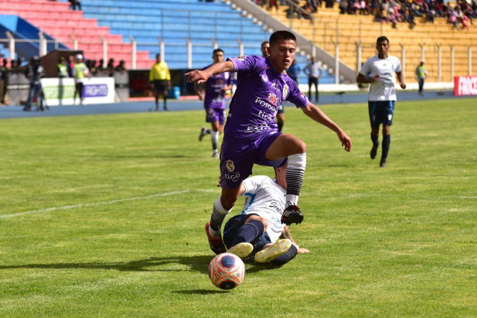 El delantero de Real, Bladimir Ortega, elude a su marcador.