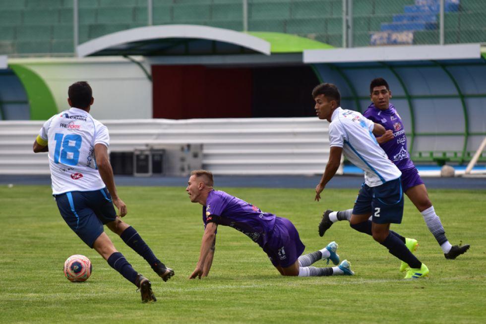 Maximiliano Gómez (c) es derribado por sus marcadores.