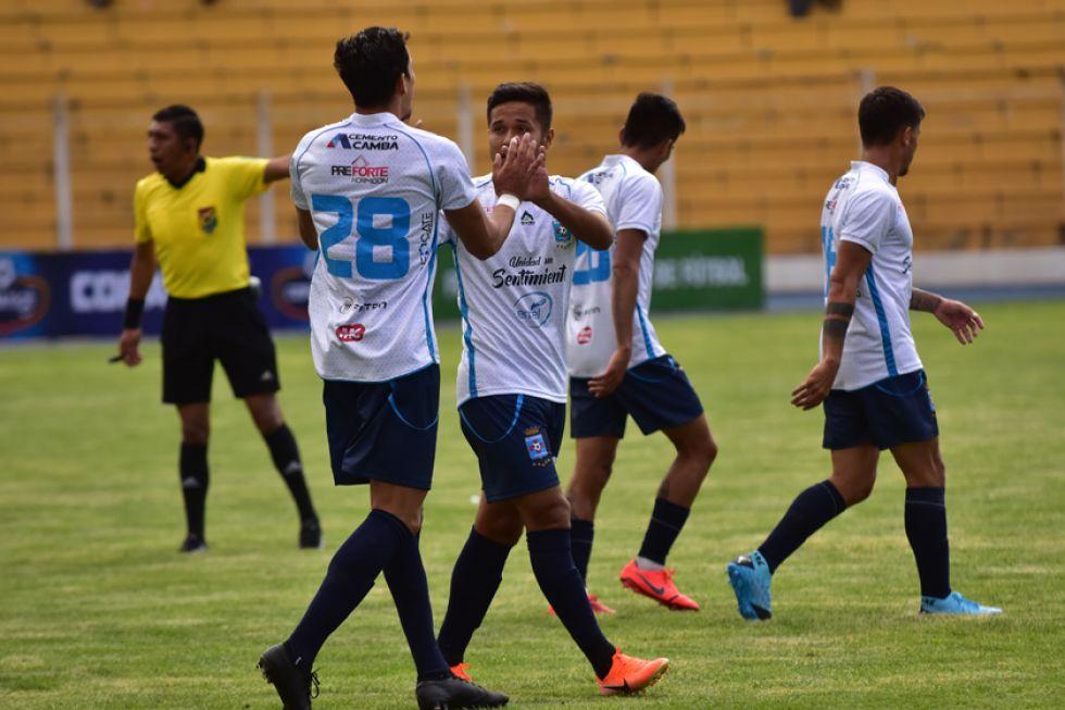 Los jugadores de la visita festejan uno de los goles.