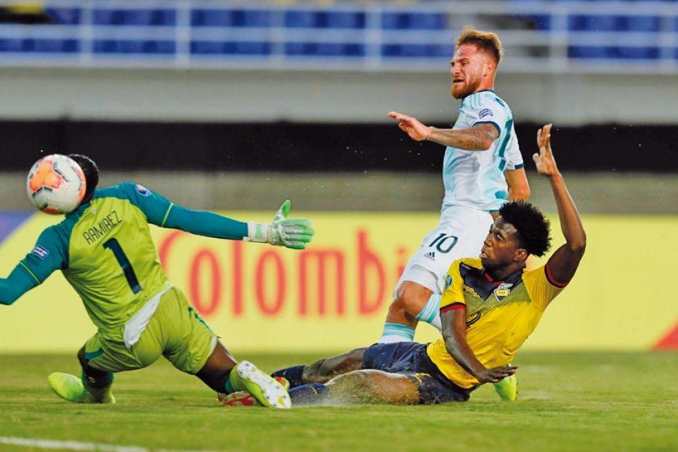 Alexis Mac Allister (c), de Argentina anota el único gol del partido.