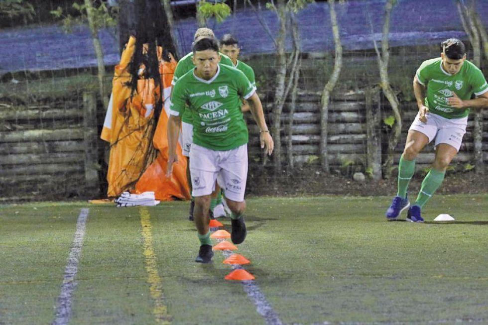 Los jugadores bolivianos durante su entrenamiento.