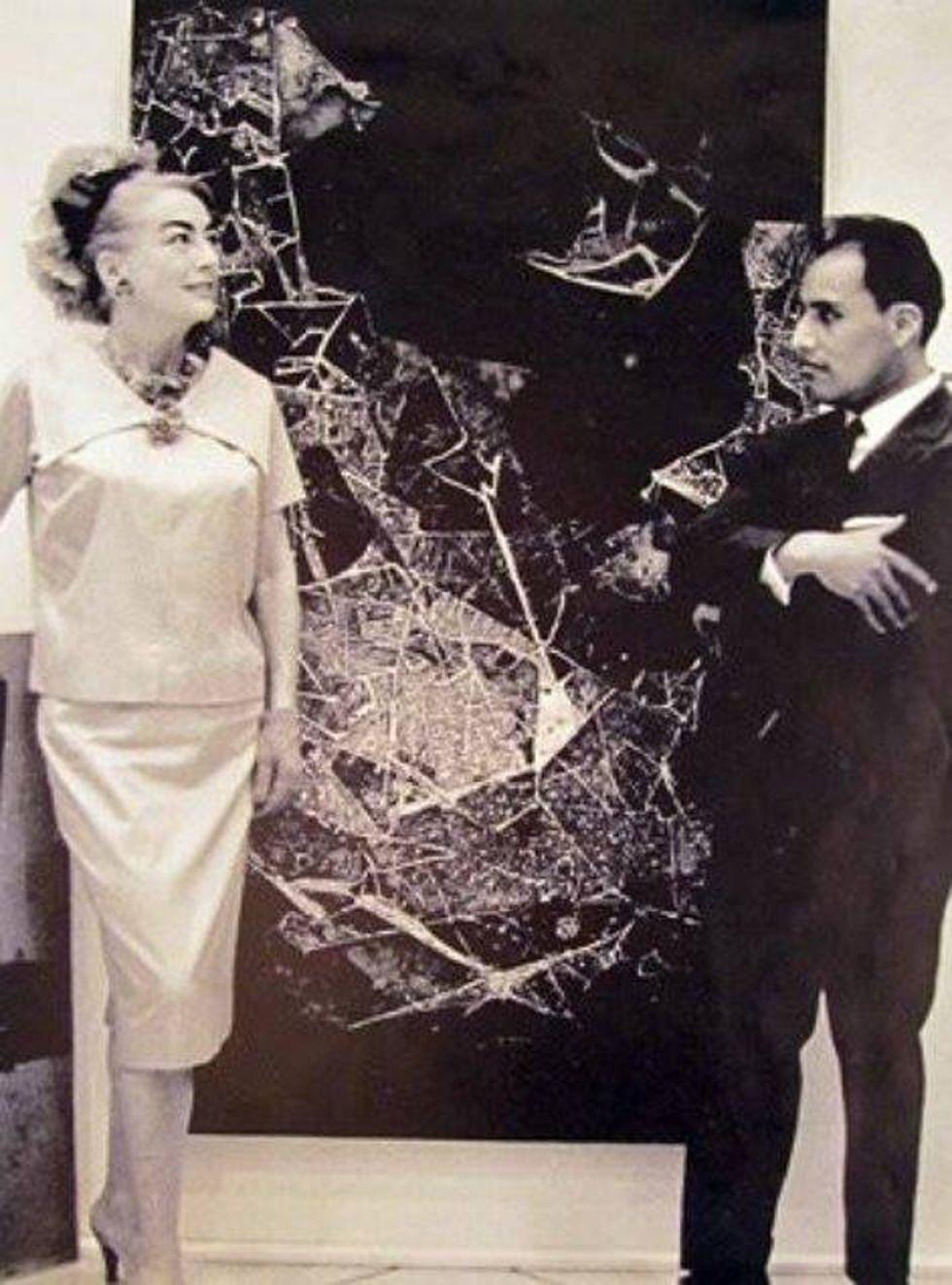 la actriz Joan Crawford luego de comprar una pintura de Alfredo (der.).