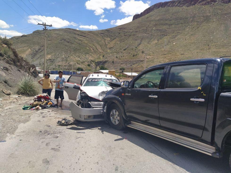 Choque frontal de vehículos deja 13 personas lesionadas