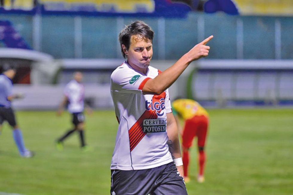 Mauro Bustamante festeja el gol del empate.