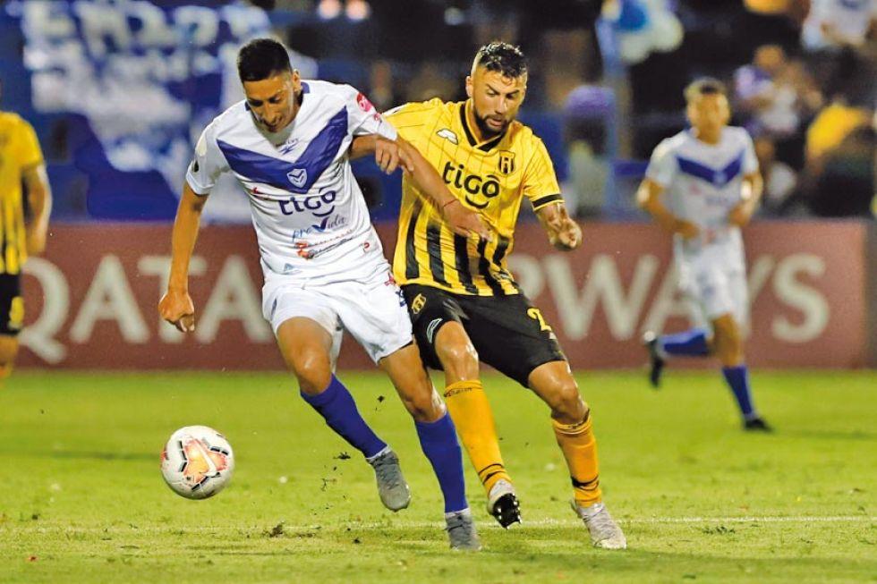 Jorge Toco, de San José, controla la pelota ante la marca de su rival.