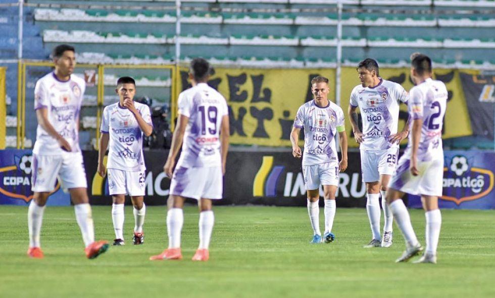 Los jugadores lilas al final del partido.