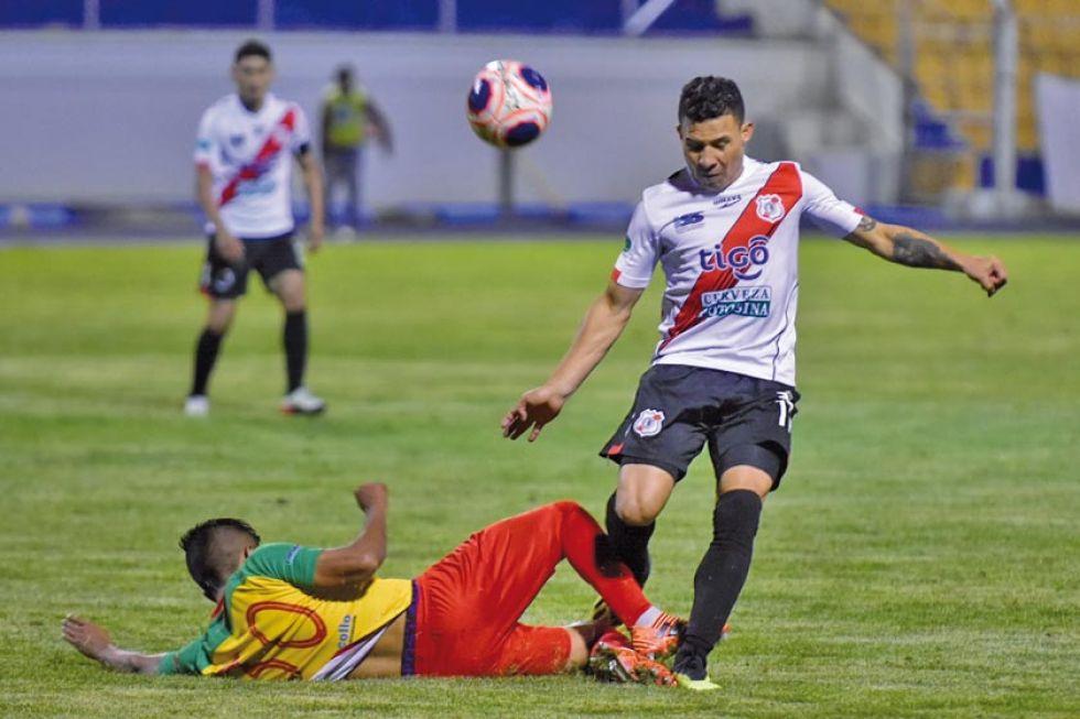 Víctor Machaca (piso) trata de detener a Luis Arias.