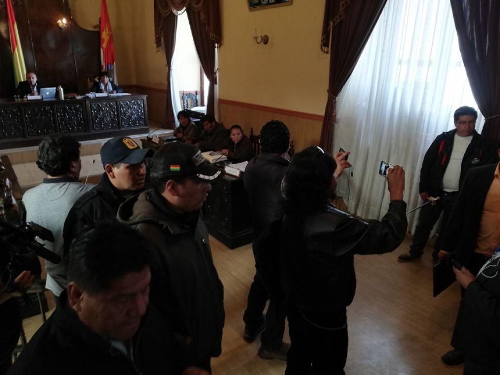 Los vecinos protestaron en el hemiciclo legislativo.