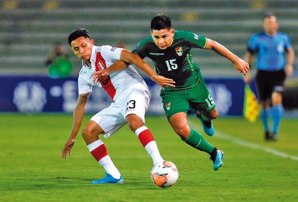 Rodrigo Cabrera, de Bolivia, gana la pelea por el balón.