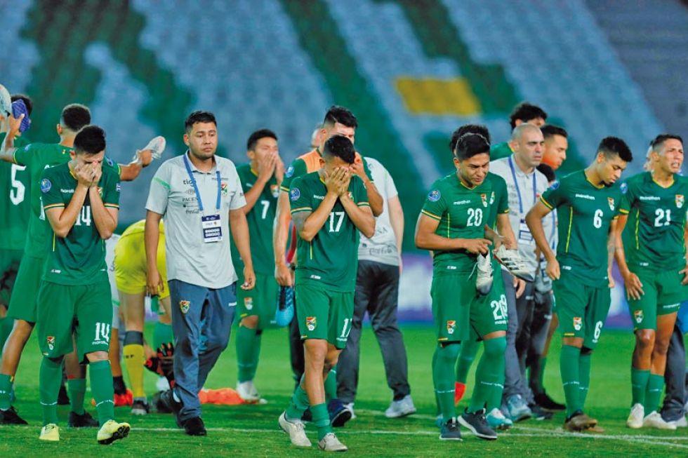 Los jugadores bolivianos lamentan la eliminación.