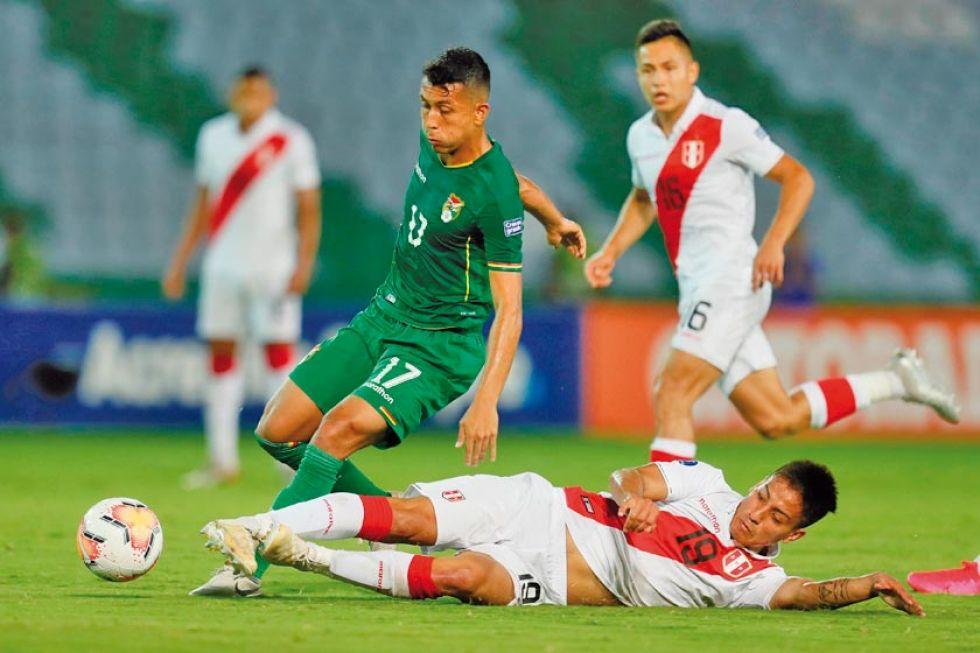 Roberto Fernández, de Bolivia, disputa la pelota con Jorge Marrugarra, de Perú.