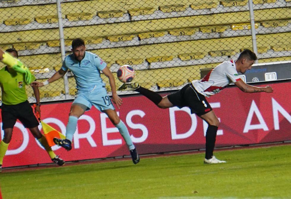 Óscar Ribera (i) y Miguel Quiroga luchan por el esférico.