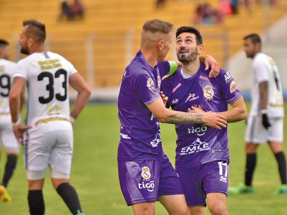 Maximiliano Gómez y Francisco Pastor se abrazan tras el gol del triunfo.