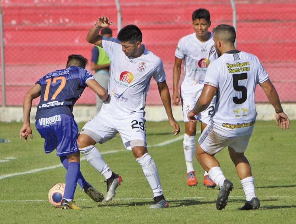 Freddy Abastoflor (i) y Brahian Egüez se enfrentan por el balón.