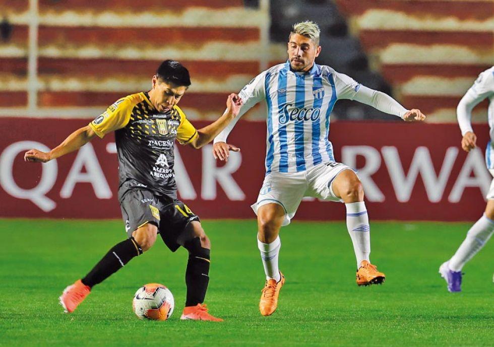 Diego Wayar, de The Strongest, controla el balón.