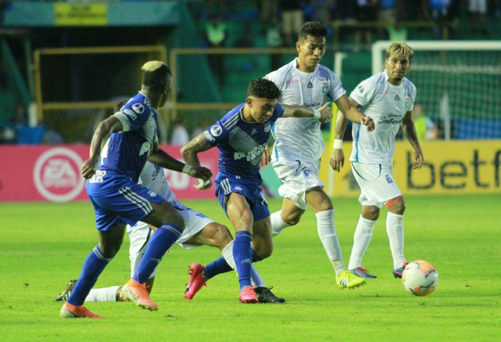 El delantero ecuatoriano elude a su rival.