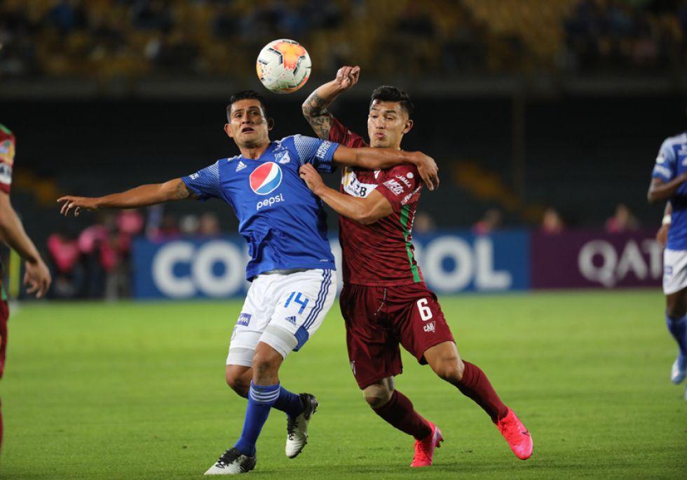 David Silva, de Millonarios, disputa un balón con Victor Melgar, de Alway Ready.
