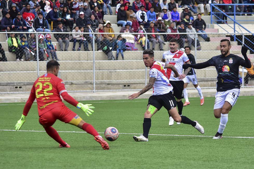 El meta Leonardo Romero trata de detener el ataque de Javier Sanguinetti.