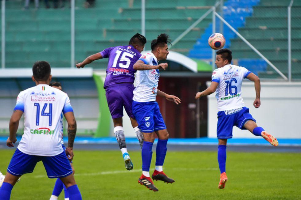 El delantero lila Rivaldo Melchor se eleva ante la marca de sus rivales.