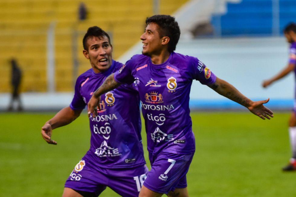 Gerardo Yecerotte (i)  y Rodrigo Borda festejan el gol de la victoria.
