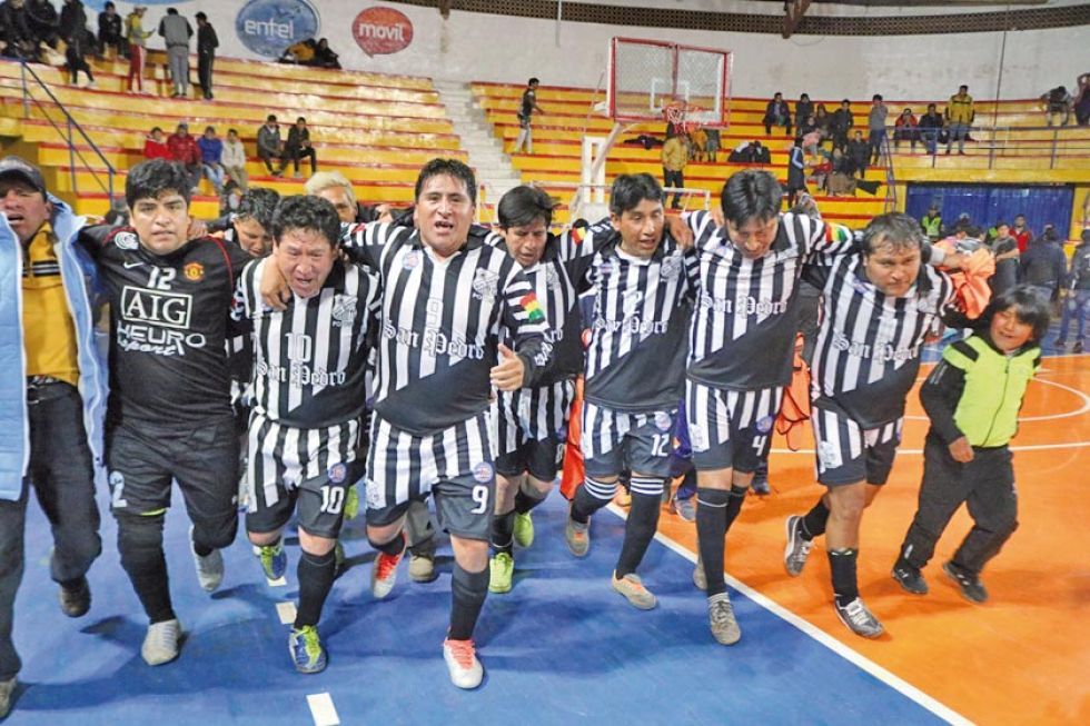 Los jugadores de San Pedro celebran el triunfo.