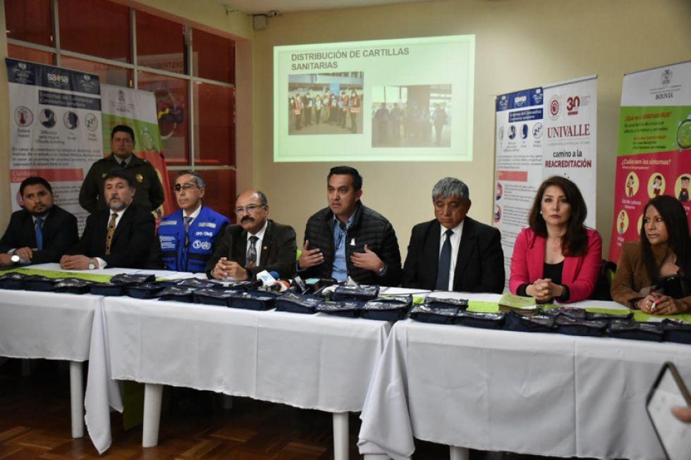 Funcionarios de Gobierno y repersentantes de instituciones sanitarias, en conferencia de prensa.