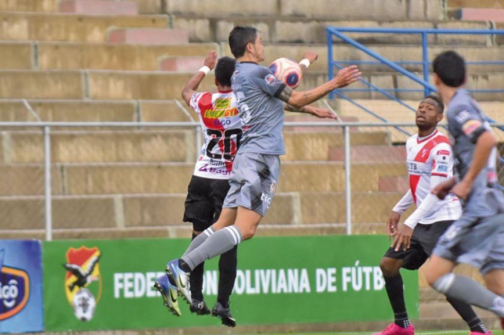 Oscar Díaz, de Real, lucha por la pelota.