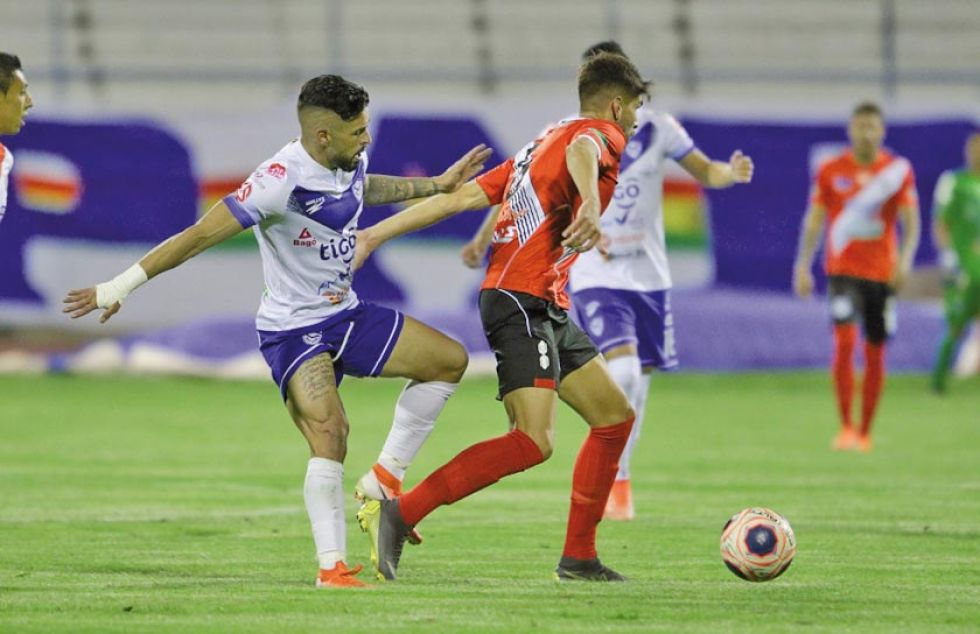Rodrigo Cabrera (d) elude a un rival.