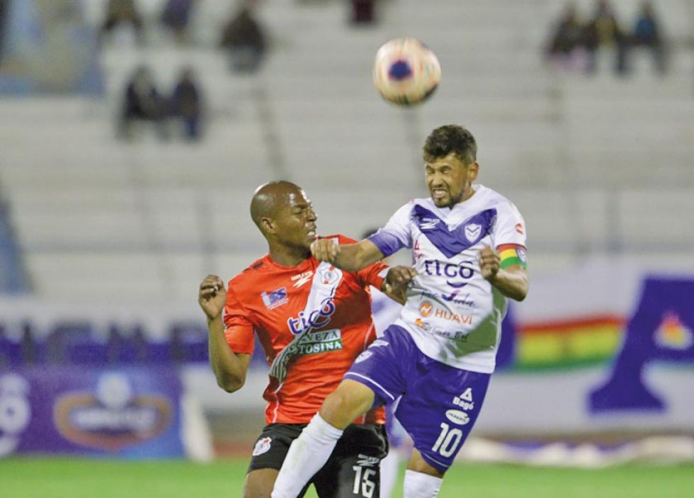 Alexis Hinestroza y Marcelo Gomes disputan el balón.