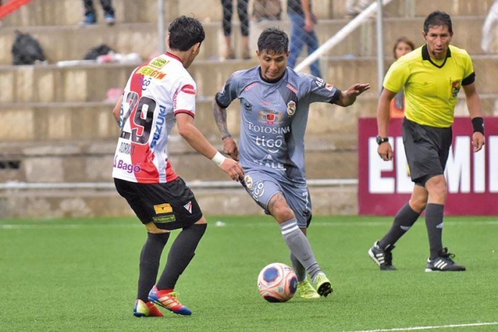 Rodrigo Borda, de Real, controla el balón.