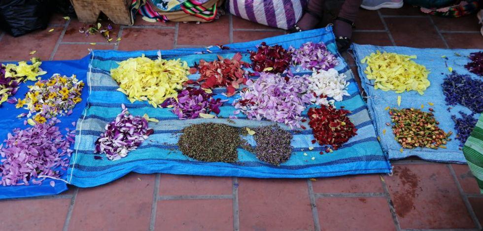 Las flores se arrojan en el piso como ofrenda a la Pachamama