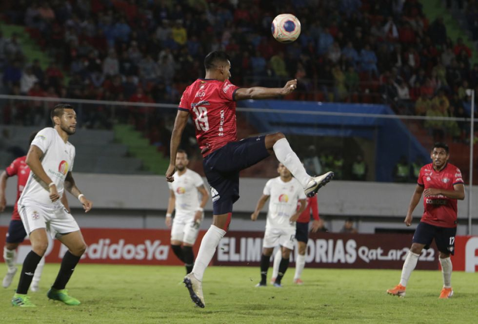 Gilbert Álvarez domina el balón.