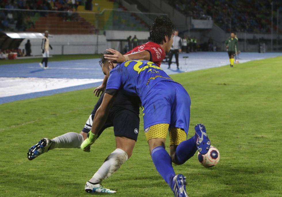 El arquero Leonardo Romero (d) derriba a un rival.