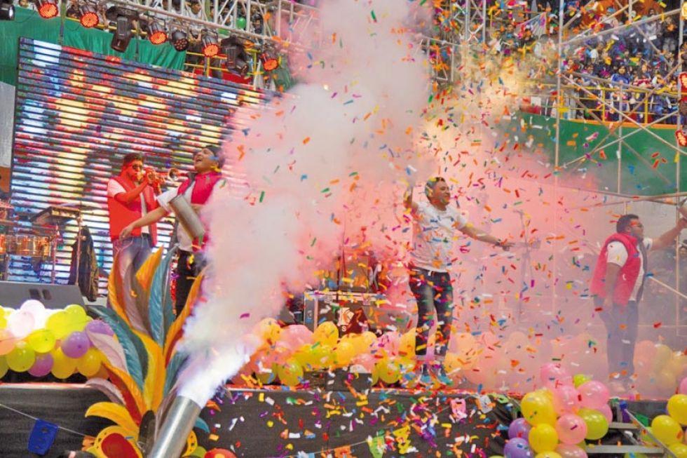 Hubo grupos de baile y colorido.
