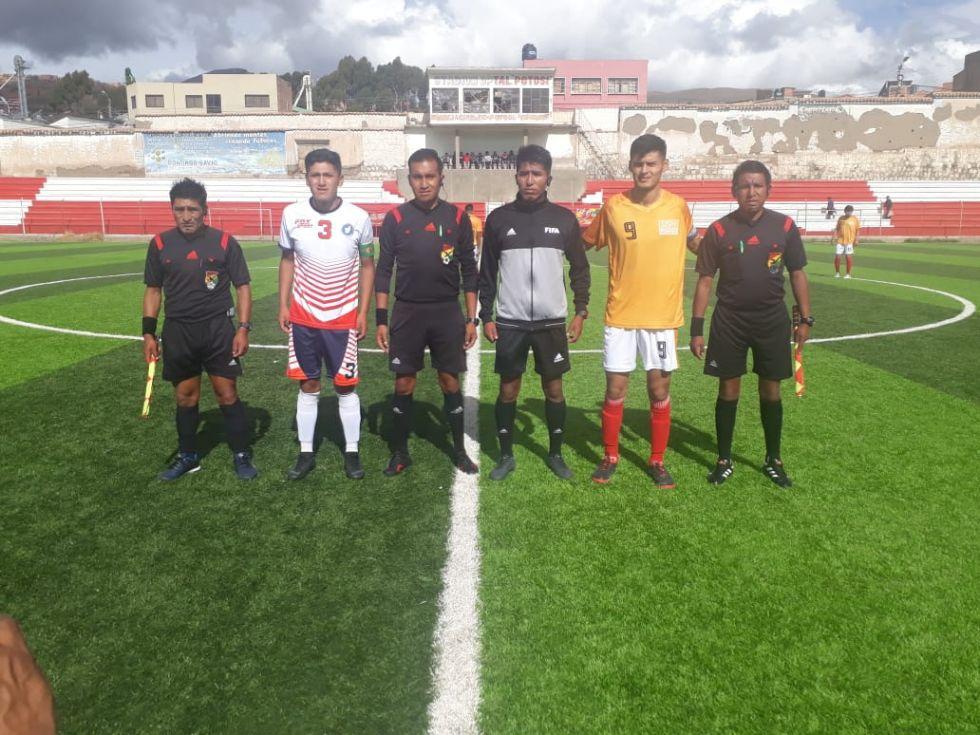 El partido se disputó en una tarde lluviosa.
