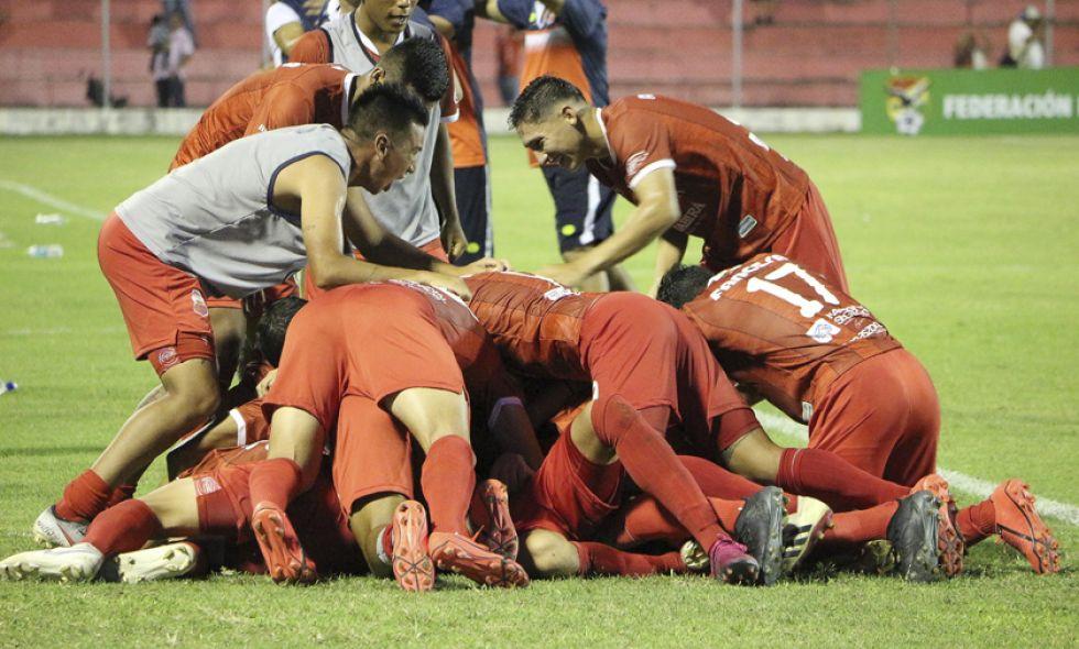 Los jugadores del equipo cruceño festejan la victoria.