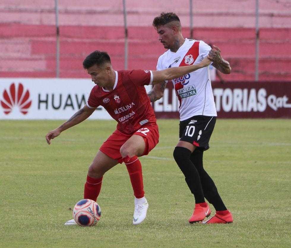 Diego Hoyos y Nicolás Royón se enfrentan por el balón.