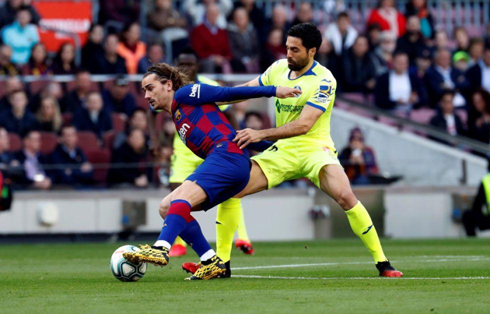 Antoine Griezmann, de Barcelona, contrala el balón.