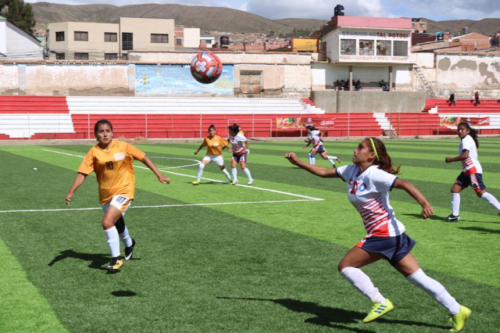 La jugadora potosina Jessica Torres (d) controla la pelota.
