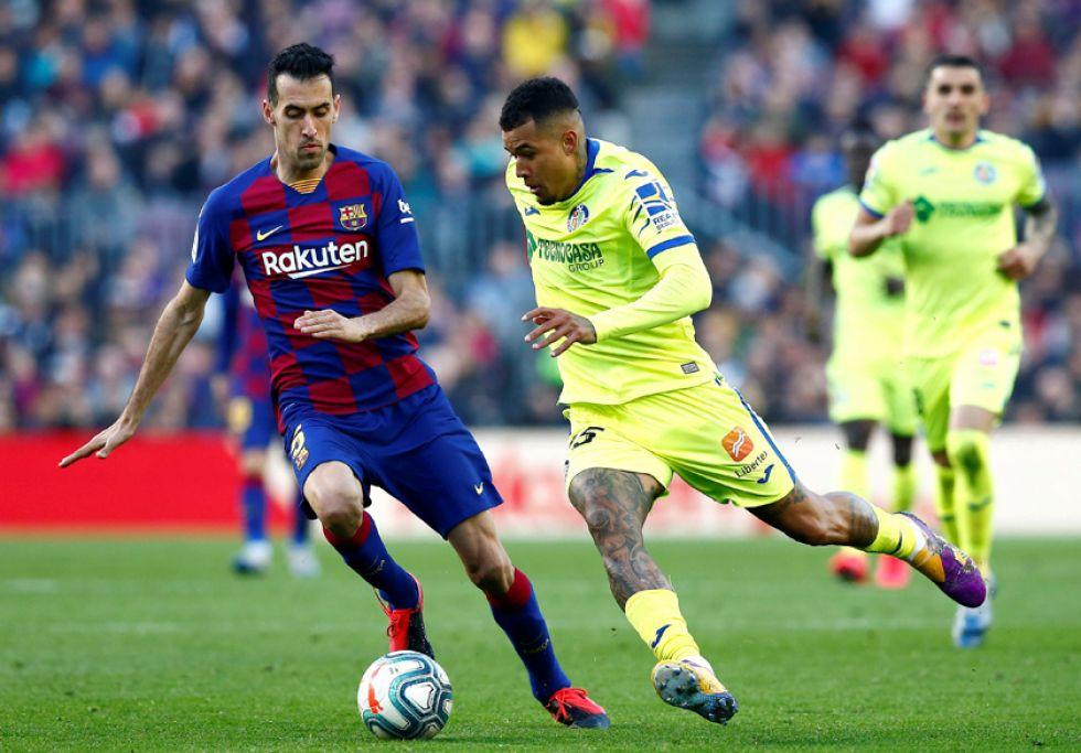 Sergio Busquets, del Barcelona, intenta quitar la pelota a Robert Kenedy, de Getafe.