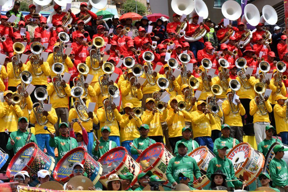 Los colores de la bandera boliviana brillaron en la presentación.