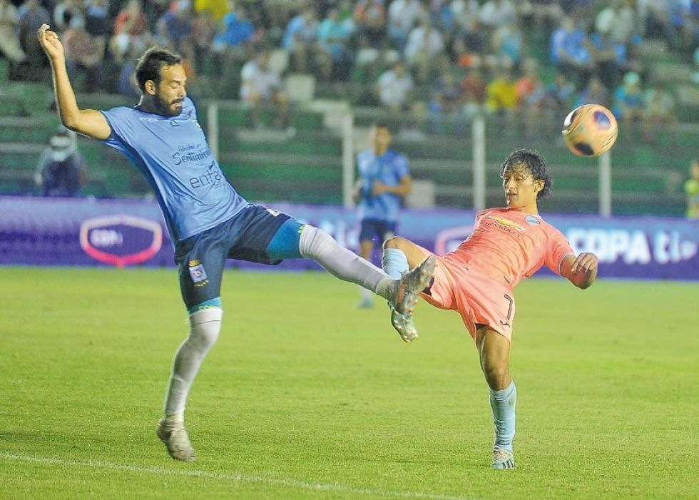 Erwin Sánchez (i) disputa el balón con un rival.
