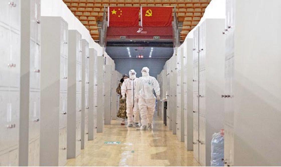 CHINA. El personal médico del hospital Wuhan Fangcang realiza controles en pacientes.