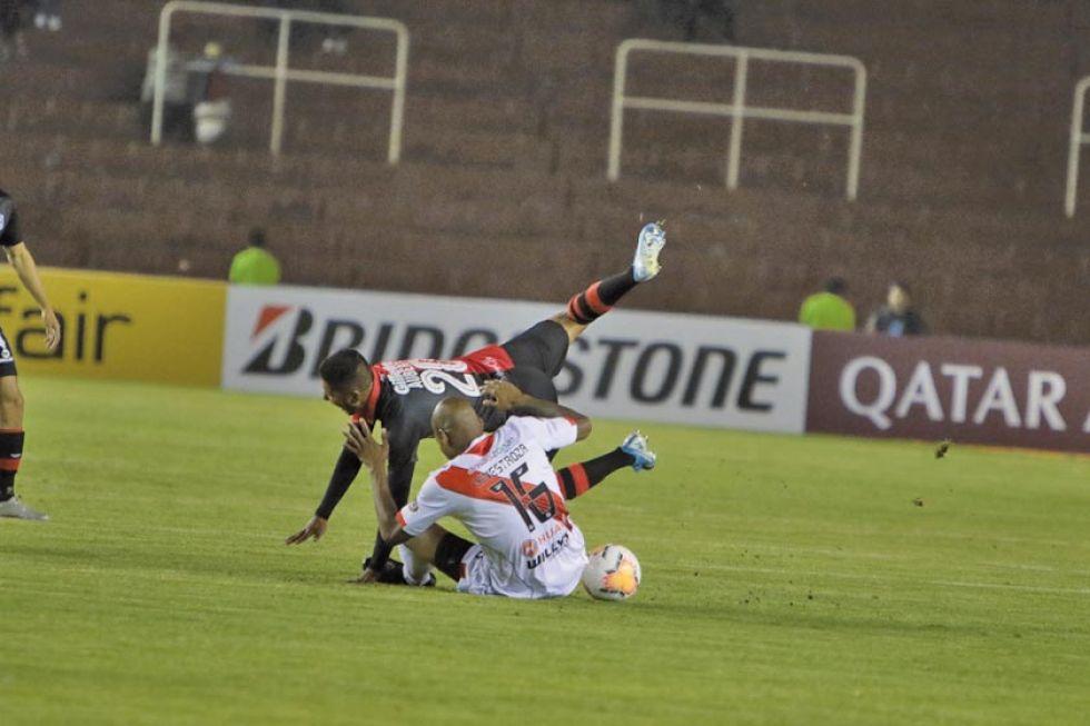 Alexis Hinestroza (d) derriva a un rival.