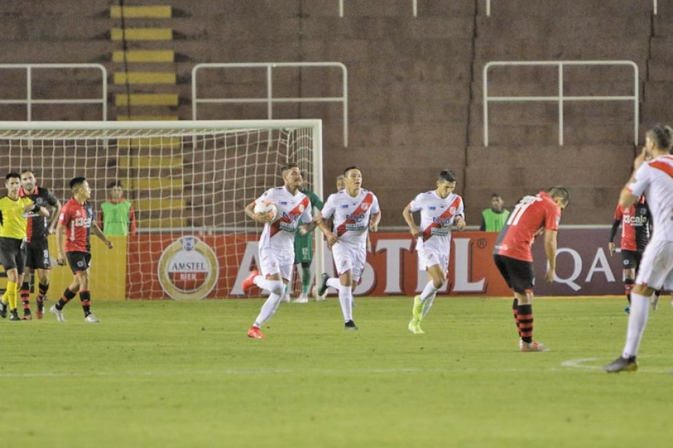 Los jugadores de la visita festejan el segundo gol del partido.